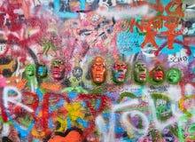 PRAGA, REPÚBLICA CHECA - 4 DE SEPTIEMBRE DE 2017 Graffitti famoso de Jonh Lenon, Praga, República Checa Imagen de archivo libre de regalías