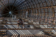 Praga, República Checa - 10 de setembro de 2019: DOX, galeria de Praga da arte contemporânea, interior do dirigível de Guliver fotografia de stock
