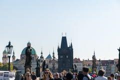 Praga, República Checa - 10 de setembro de 2019: Ponte de Charles aglomerada com os turistas durante o dia imagens de stock royalty free
