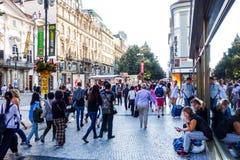 PRAGA, REPÚBLICA CHECA - 7 de setembro: Rua dos turistas a pé mim Imagem de Stock