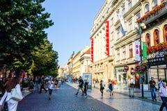 PRAGA, REPÚBLICA CHECA - 7 de setembro: Rua dos turistas a pé mim Fotografia de Stock Royalty Free