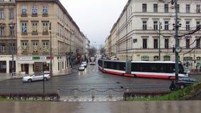 Praga, República Checa - diciembre de 2017: paisaje urbano de una calle europea típica tráfico Timelapse metrajes