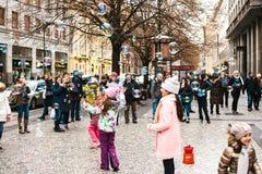 Praga, República Checa, el 24 de diciembre de 2016: Burbujas de jabón de la captura de los niños Los turistas miran el funcionami Foto de archivo
