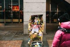 Praga, República Checa, el 24 de diciembre de 2016 - disfrazan a un payaso divertido un adulto como niño en un cochecito hospital Imágenes de archivo libres de regalías