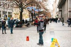 Praga, República Checa, el 24 de diciembre de 2016: El artista muestra un funcionamiento con las burbujas de jabón para los turis Fotos de archivo