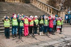 Praga, República Checa, el 15 de diciembre de 2016: El coro de niños canta canciones de la Navidad en el cuadrado al lado del tem Imagen de archivo