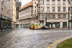 Praga, República Checa, el 24 de diciembre de 2016: La ambulancia monta al paciente a lo largo de la calle en Praga europa Fotografía de archivo