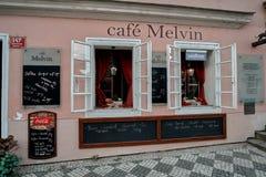 Praga, República Checa, el 15 de septiembre de 2017: café Melvin de la calle cerca del palacio de Schwarzenbersky en el cuadrado  foto de archivo libre de regalías