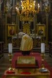 PRAGA - REPÚBLICA CHECA, el 2 de septiembre de 2017 Sacerdote durante un servicio del ceremon en iglesia Catedral de St Clement Fotos de archivo libres de regalías