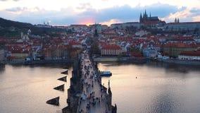Praga, República Checa El paisaje del lapso de tiempo al río de Charles Bridge y de Moldava en la puesta del sol forma la torre v almacen de metraje de vídeo