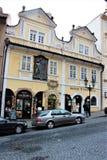 Praga, República Checa, em janeiro de 2015 Construções medievais bonitas em uma rua cobbled no centro da cidade imagens de stock royalty free