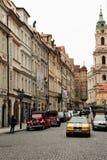 Praga, República Checa, em janeiro de 2015 Rua histórica na cidade superior e carros nela foto de stock