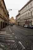 Praga, República Checa, em janeiro de 2015 Vista da rua no centro da cidade, no pavimento histórico e no transporte moderno fotografia de stock royalty free