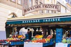 PRAGA, REPÚBLICA CHECA - EM MAIO DE 2017: Havelske Trziste - mercado de Havels Permanent marcado no centro de Praga O mercado foi fotografia de stock royalty free