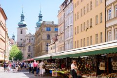 PRAGA, REPÚBLICA CHECA - EM MAIO DE 2017: Havelske Trziste - mercado de Havels Permanent marcado no centro de Praga O mercado foi foto de stock