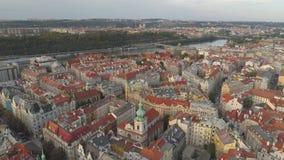 PRAGA, REPÚBLICA CHECA - EM MAIO DE 2019: Ideia aérea do centro de cidade, arquitetura da cidade do zangão do pamorama de Praga video estoque