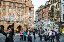 PRAGA, REPÚBLICA CHECA - ENERO, 10: Artista de la calle que hace burbujas de jabón en el viejo cuadrado de Staromestska de la ciu Fotos de archivo libres de regalías