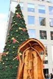 Praga, República Checa, enero de 2013 Composición de la Navidad en uno de los cuadrados en el fondo de un edificio moderno fotos de archivo libres de regalías