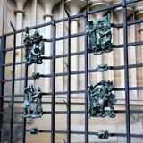 Praga, República Checa, enero de 2015 Las figuras antiguas forjadas de las muestras del zodiaco no son enrejado de la catedral de imagen de archivo