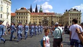 Praga, República Checa - 21 08 2018: guardias en el palacio presidencial en el castillo de Praga almacen de video