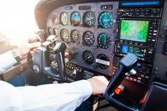 PRAGA, REPÚBLICA CHECA - 9 09 2017: Mano del piloto en el volante de dirección en el pequeños avión y tablero de instrumentos imagenes de archivo