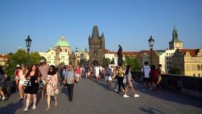 Praga, República Checa - 21 08 2018: Multidão de povos que andam ao longo de Charles Bridge, Praga filme