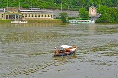 Praga, República Checa O barco de passeio e os navios no rio de Vltava Foto de Stock