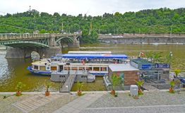 Praga, República Checa O cais com o passeio envia no rio de Vltava Imagens de Stock