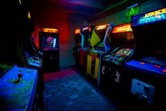 PRAGA - REPÚBLICA CHECA, o 5 de agosto de 2017 - detalhe 90s na era Arcade Video Games idoso na barra do jogo imagem de stock