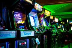 PRAGA - REPÚBLICA CHECA, o 5 de agosto de 2017 - sala completamente do clássico Arcade Video Games da era 90s imagem de stock royalty free
