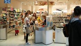PRAGA, REPÚBLICA CHECA, O 25 DE MAIO DE 2019: Povos europeus com compra da farmácia da drograria, bilheteira com a filme