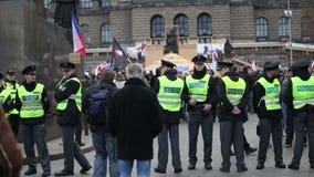 PRAGA, REPÚBLICA CHECA, O 17 DE NOVEMBRO DE 2015: Demonstração contra o Islã e imigrantes, refugiados em Praga vídeos de arquivo