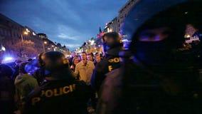 PRAGA, REPÚBLICA CHECA, O 17 DE NOVEMBRO DE 2015: O stedycam da noite, a demonstração contra o Islã e os imigrantes, refugiados,  filme