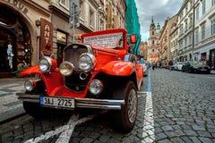 Praga, República Checa, o 15 de setembro de 2017: carro encarnado clássico da haste do vintage turístico em uma estrada do godo fotografia de stock royalty free