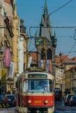 Praga, República Checa - setembro, 17, 2019: Motorista de um bonde retro na cidade velha de Praga, com a torre do Henry no fotos de stock