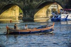 Praga, República Checa - setembro, 17, 2019: Os pares apreciam o por do sol romântico em um barco no rio de Vltava perto de Charl imagens de stock royalty free