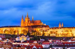Praga, república checa: Vista do castelo de Praga na noite, da torre velha da ponte da cidade fotos de stock royalty free