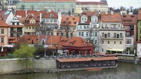 PRAGA, REP?BLICA CHECA - 26 DE MARZO DE 2019: Opini?n sobre el r?o de Moldava y el centro hist?rico de Praga, de edificios y de s almacen de metraje de vídeo