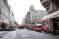 PRAGA, REPÚBLICA CHECA - 9 de abril de 2015: Rua dos turistas a pé Fotos de Stock Royalty Free