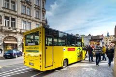 PRAGA, REPÚBLICA CHECA - 5 DE MARZO DE 2016: Bancada amarilla del autobús turístico Imagenes de archivo