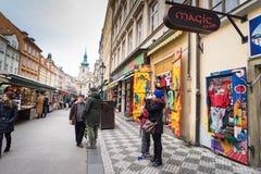 PRAGA, REPÚBLICA CHECA - 5 DE MARZO DE 2016: Tienda entre el passag Imagen de archivo