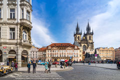 PRAGA, REPÚBLICA CHECA - 5 DE MARZO DE 2016: Turistas no identificados en vieja plaza en Praga, la catedral de Tyn de la Virgen M Imagen de archivo