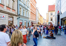 PRAGA, REPÚBLICA CHECA - 7 de setembro: Rua dos turistas a pé mim Fotografia de Stock