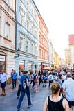 PRAGA, REPÚBLICA CHECA - 7 de setembro: Rua dos turistas a pé mim Imagens de Stock Royalty Free