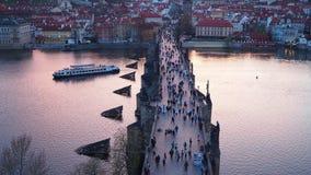 Praga, repubblica Ceca Abbellisca al fiume della Moldava e di Charles Bridge al tramonto dalla torre del ponte di Città Vecchia stock footage