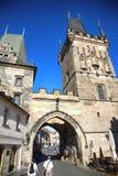 PRAGA, REPUBBLICA CECA - 23 AGOSTO 2016: Camminata e gabinetto della gente Fotografie Stock Libere da Diritti