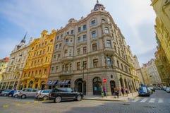 Praga, repubblica Ceca - 13 agosto 2015: Isolato molto piacevole con le belle facciate e la strada di Bridgestone, tipiche Fotografia Stock Libera da Diritti