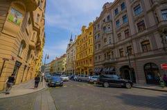 Praga, repubblica Ceca - 13 agosto 2015: Isolato molto piacevole con le belle facciate e la strada di Bridgestone, tipiche Immagine Stock Libera da Diritti