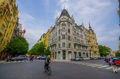 Praga, repubblica Ceca - 13 agosto 2015: Isolato molto piacevole con le belle facciate e la strada di Bridgestone, tipiche Immagini Stock Libere da Diritti