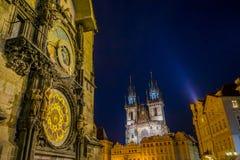 Praga, repubblica Ceca - 13 agosto 2015: Torre di orologio astronomica famosa del primo piano situata nel centro urbano, chiesa d Fotografia Stock Libera da Diritti